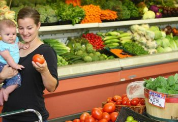 bigstock_Woman_and_baby_in_grocery_stor_14086571-880x400